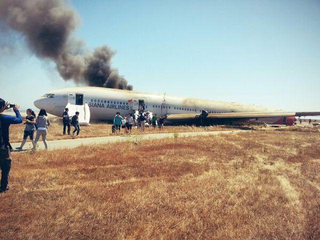 בואינג 777 לאחר ההתרסקות. נוסעים גולשים החוצה מהמטוס הבוער. צילום: CNN