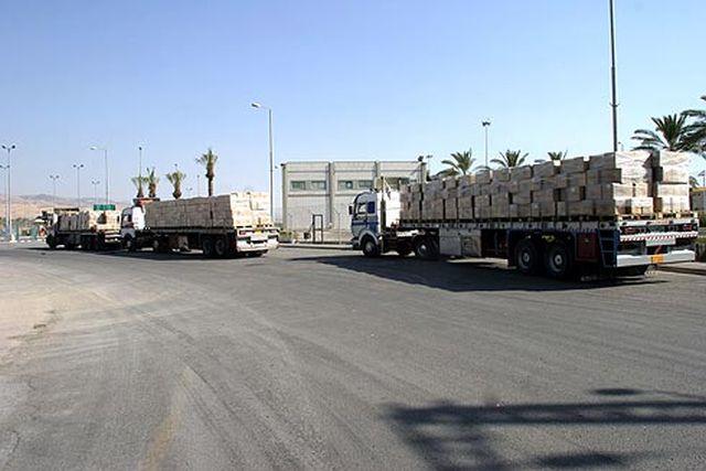 """משאיות ירדניות נכנסות למסוף נהר הירדן. צילום: רש""""ת"""