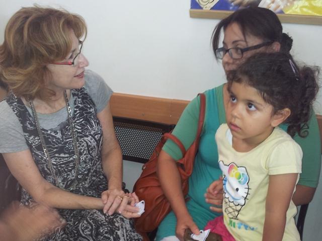 שרת הבריאות משוחחת עם אמהות בטיפת חלב בבאר שבע
