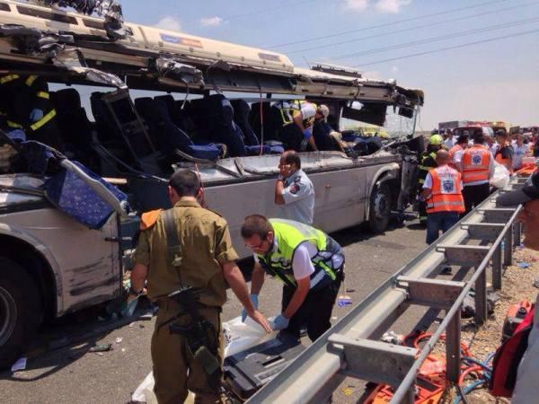 האוטובוס המרוסק (צילום: משטרת ישראל)