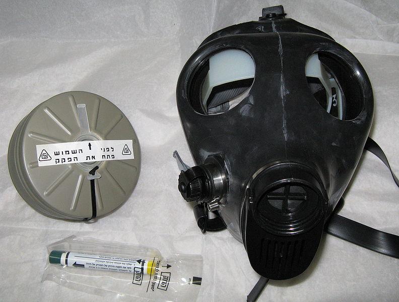 מסכת גז, מסנן ומזרק אטרופין. מחסור של 40% בערכות מגן (צילום: ויקיפדיה)