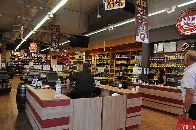 """הכניסה לחנות """"בנא משקאות"""" בראשון לציון (צילום: יולה זובריצקי)"""