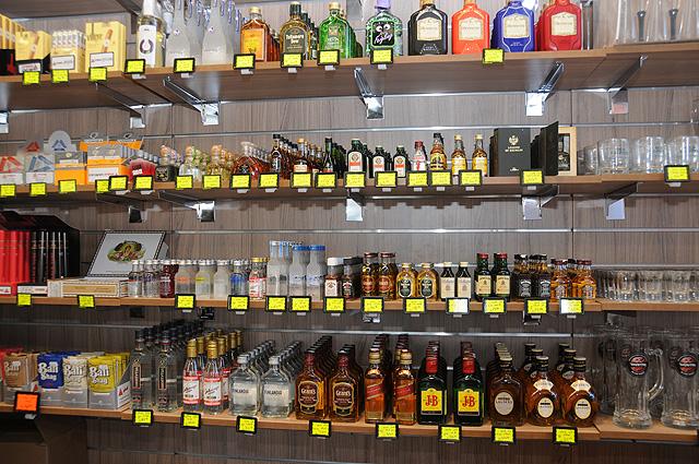 """בקבוקונים קטנים של כהילים, להרגיש כאילו אנו בטיסה לחו""""ל (צילום: יולה זובריצקי)"""