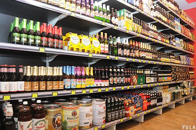 מאות מותגים של בירה תוצרת חוץ (צילום: יולה זובריצקי)