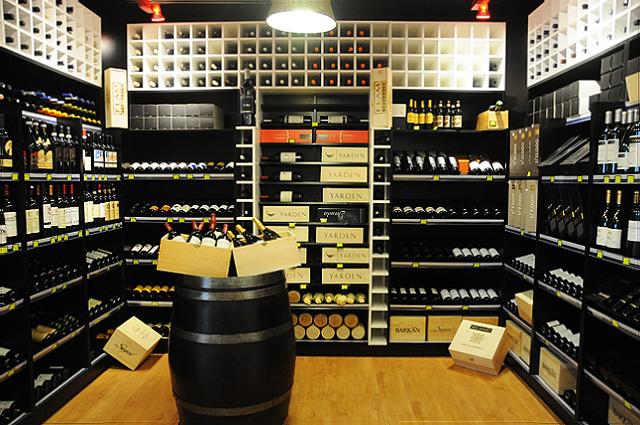 חדר יין עם יינות VIP (צילום: יולה זובריצקי)