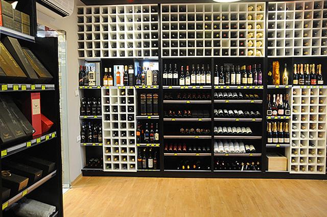 יינות מסודרים אחד אחד (צילום: יולה זובריצקי)