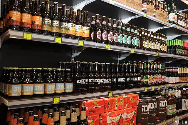 מדפים שלמים עם בירה בוטיק ישראלית (צילום: יולה זובריצקי)