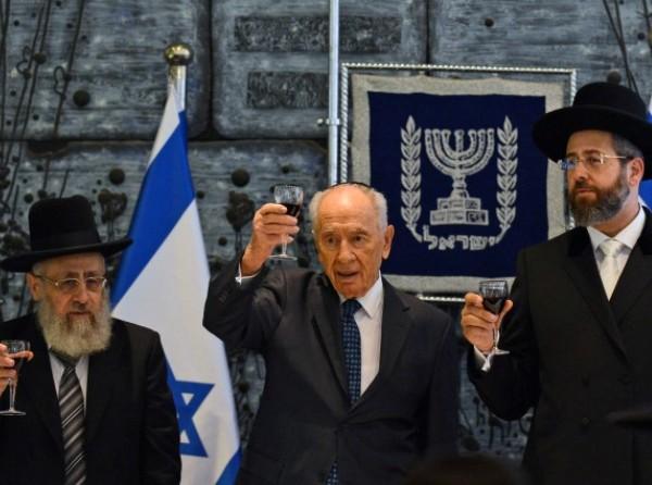 """הרים כוסית עם הרבנים הראשיים. הנשיא שמעון פרס (צילום: קובי גדעון/לע""""מ)"""