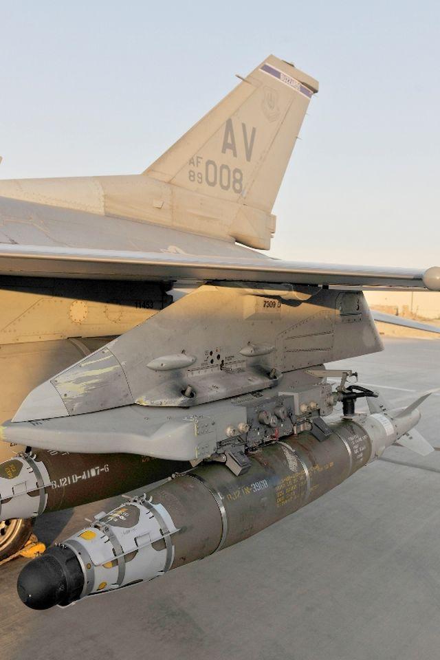 פצצת JDAM מותקנת במטוס F-16. צילום: חיל האוויר האמריקני