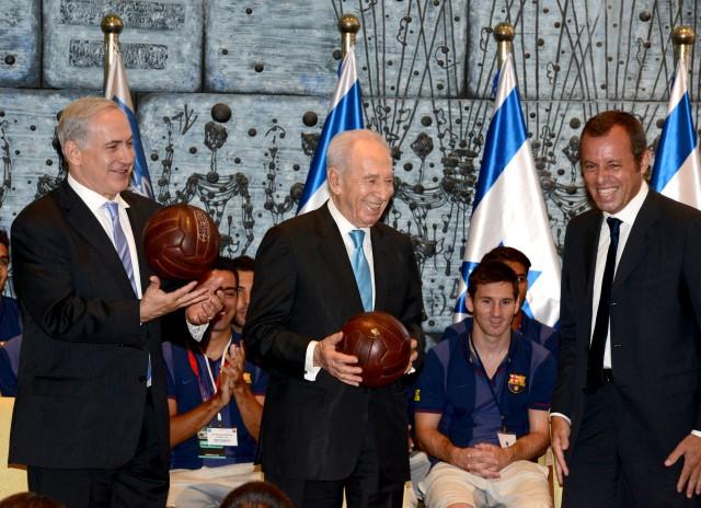 """עם הכדורים. """"להבקיע את הגול לשלום"""" (צילום: משה מילנגר/לע""""מ)"""