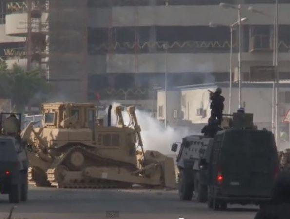 כוחות צבא ומשטרה הורסים את המתרסים שבנו האחים המוסלמים
