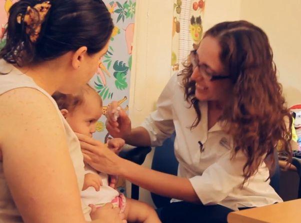 אחות מחסנת תינוקת בטיפת חלב (צילום: משרד הבריאות)