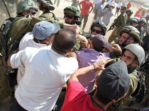 """חיילי צה""""ל נאבקים בפעילים הפלסטינים בחירבת אל מחול (צילום: סוכנות וואפה)"""