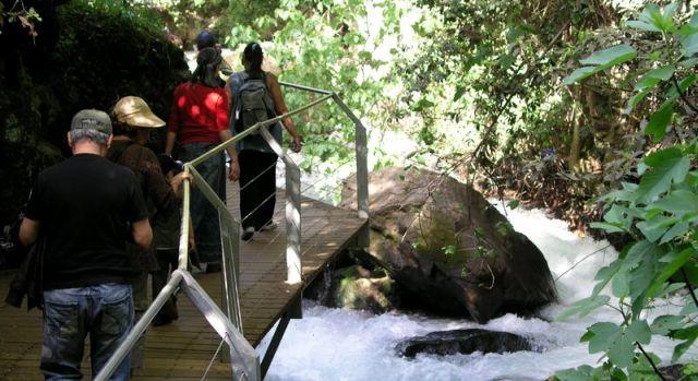 נחל חרמון (בניאס). אצל החרדים ניתנת עדיפות למסלולי טיולים הכוללים מים, מקומות בילוי כשרים וזמינות של מניין לתפילה. (צילום: ויקיפדיה)