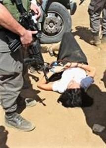 הדיפלוטית הצרפתיה שרועה על הקרקע לאחר שהושלכה מהרכב (צילום: סוכנות וואפה)