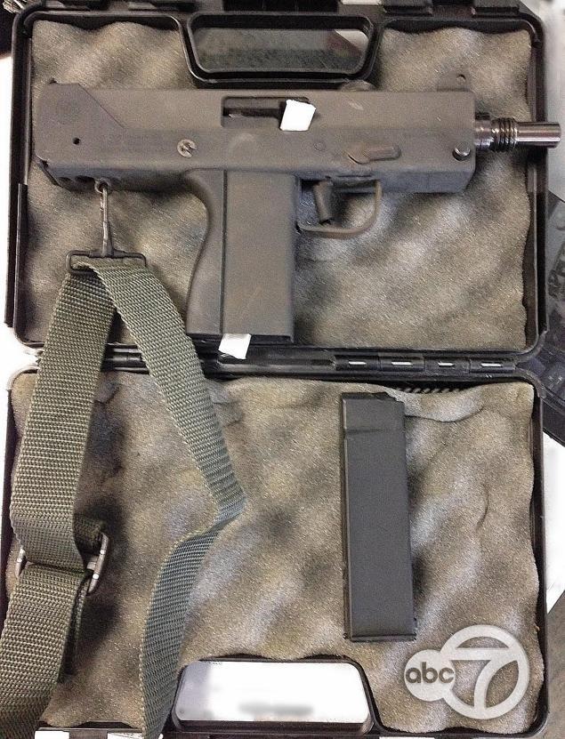 אקדח אוטומטי MAC-11. בודקים עתה אם לא נעשה בו שימוש עברייני