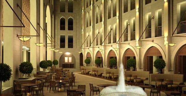 האטריום הפתוח במלון. בחצר המלון נבנתה רחבה המקורה בחיפוי זכוכית, הנפתח לצורך בניית סוכה. (צילום: אתר המלון)