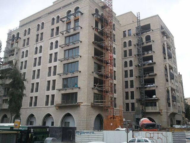 בניין הסוויטות לקראת סיום הבנייה. הסוויטות איפשרו את ההיתכנות הכלכלית של הפרויקט. (צילום: 66AVI, Cc-by-sa-3.0)