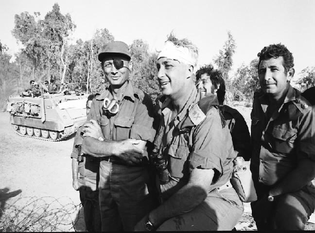 אריאל שרון בצד המערבי של התעלה מקבל את פניו של משה דיין (צילום: אברהם ורד, משרד הביטחון)