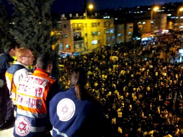 """כוחות גדולים של מד""""א בהלוויית הרב בירושלים (צילום: דוברות מד""""א)"""