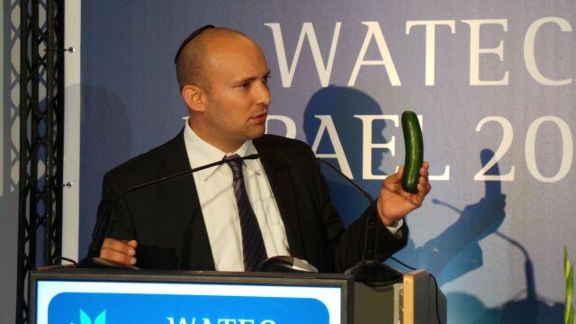 שר הכלכלה נפתלי בנט והמללפון. כולם מגיעים ללמוד את החדשנות הישראלית