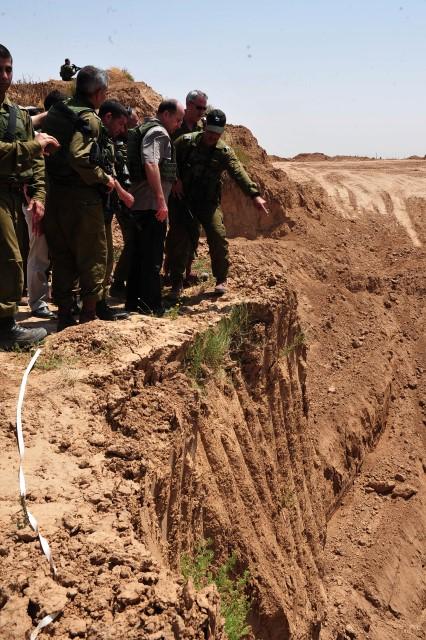 שר הביטחון בוחן את שרידי המנהרה שנחשפה (צילום: אריאל חרמוני, משרד הביטחון)
