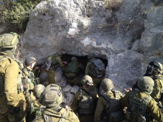 """החיילים ליד המערה בה חוסל המחבל (צילום: דובר צה""""ל)"""