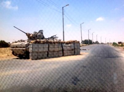 מחסום צבאי בכניסה לאל עריש (צילום: אל אהראם)