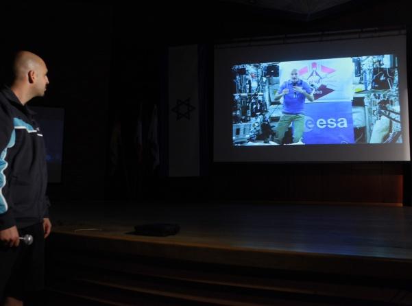 האסטרנאוט עונה לשאלות הסטודנטים באוניברסיטה העברית