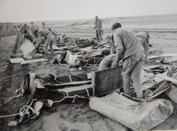חיילי אגד הצליחה פורקים את סירות הגומי
