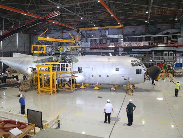 מטוס הרקולס C-130H בזמן עבודות החלפת הכנף בתעשייה האווירית