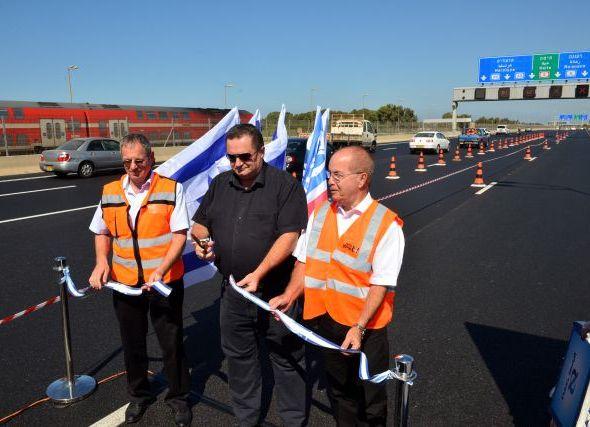 שר התחבורה ישראל כץ חונך את המסלול החמישי בנתיבי איילון לידו מימין: איזי בורוביץ, יו