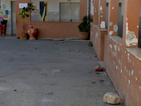 """אבנים  בבית הספר בכפר ג'אלוד (צילום: משטרת ש""""י)"""