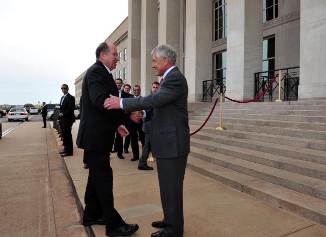 הייגל ויעלון בכניסה לפנטגון בוושינגטון. (צילום: אריאל חרמוני/משרד הביטחון)