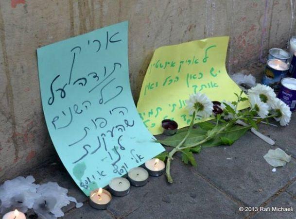 נרות ומכתבי פרידה ליד ביתו של אינשטיין בתל אביב (צילום: רפי מיכאלי)