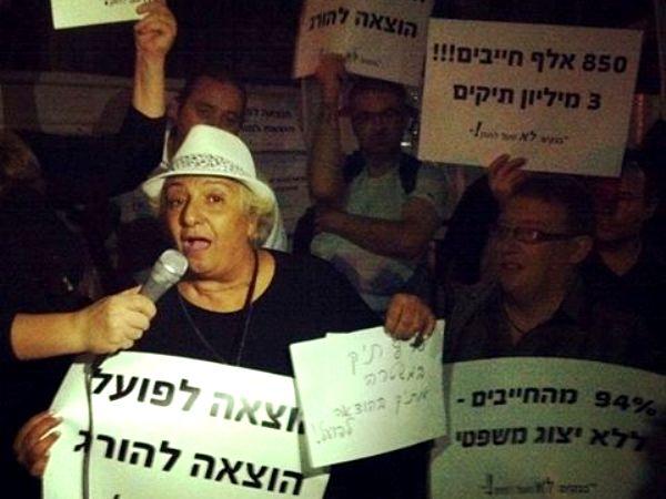 """הפגנה מול בית שרת המשפטים: """"ההוצאה לפועל הורגת"""""""