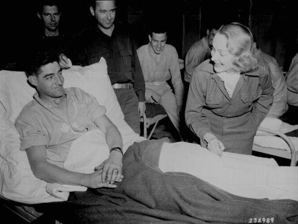 מרלן דיטריך מעודדת חיילים אמריקנים בבית חולים בבלגיה (מקור: ויקימדיה)