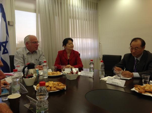 משמאל לימין, שר הבינוי השיכון אורי אריאל, שגרירת סין בישראל ג