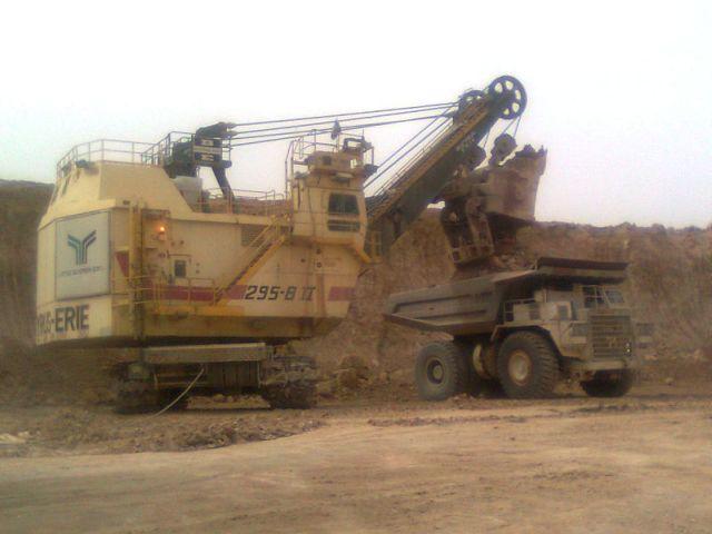 המחפר באתר מכרה הפוספטים במישור רותם. צילום ויקיפדיה