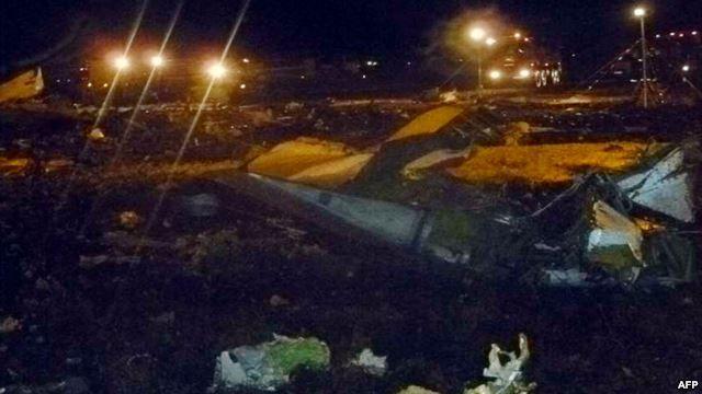 שברי מטוס בואינג 737 לאחר שהכבאים כיבו את האש. צילום: משרד שירותי החירום ברוסיה