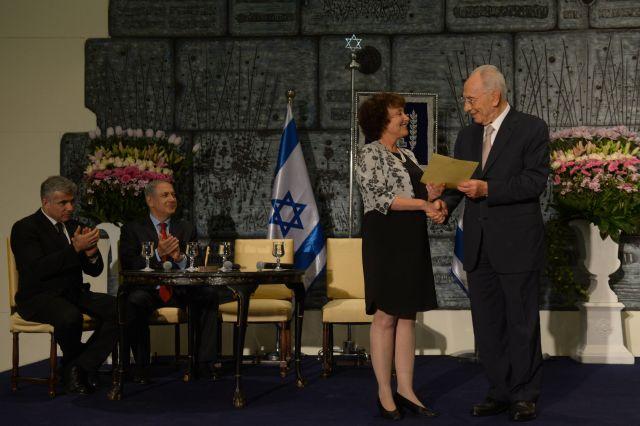 נשיא המדינה שמעון פרס מעניק את כתב המינוי לד
