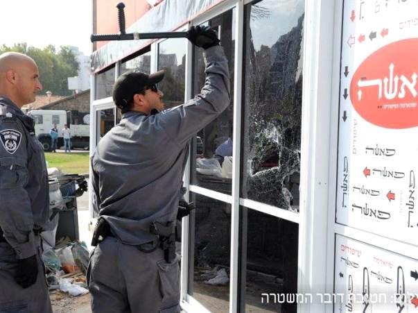 """הורסים את מבנה """"שווארמה פאשה"""" באשקלון בצו הריסה מנהלי  (צילום: משטרת ישראל)"""