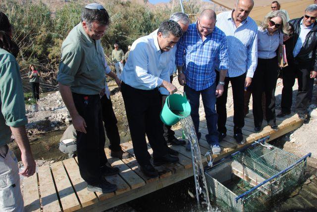 """השר עמיר פרץ ומנכ""""ל רט""""ג שאול גולדשטיין מחזירים את הדגים לבריכה המשוקמת. (צילום: גילי שמ טוב, רט""""ג)"""