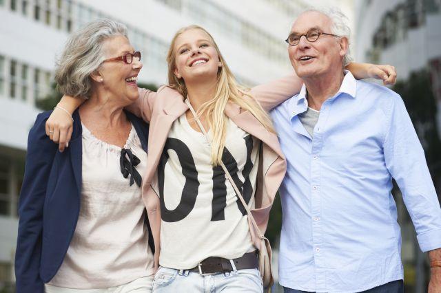 כ-70% מהצעירים אמרו שיש להם קשר חיובי או חיובי מאוד עם הסבים והסבתות. (צילום: גטי)