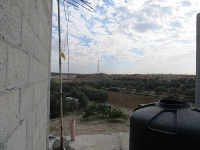 תצפית מבית המשפחה לעבר גדר המערכת המרוחקת 500 מטר מהבית