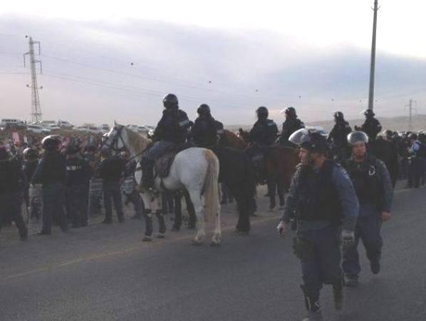 מפגינים מול המשטרה בחורה (צילום: משטרת ישראל)