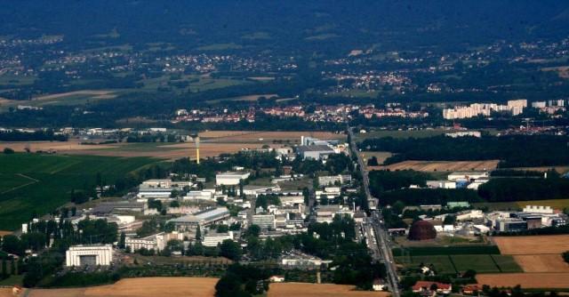 צילום אוויר של האתר הראשי ב-CERN. (צילום: ויקיפדיה)