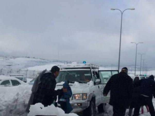 חילוץ אזרחים שנתקעו בכביש 443 (צילום: משטרת ישראל)