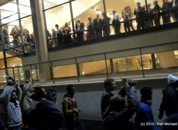 באי היכל התרבות צופים בהפגנת הפליטים למטה (צילום: רפי מיכאלי)