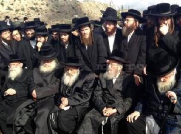 קבוצת מפגינים ורבנים מול הכלא (צילום: ישי כהן, כיכר השבת)